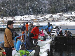 余呉湖のワカサギ釣りが盛況