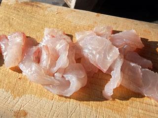 琵琶湖のエリ漁で捕獲したバスの刺身