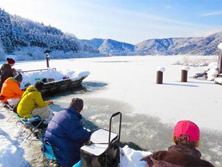 余呉湖の湖面に積雪。氷結ではありません。積雪です!!