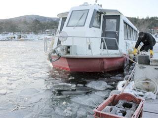 氷結で出漁できなくなった山中湖のドーム船