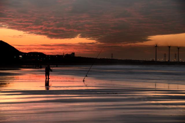 夕まずめの釣り人(4)