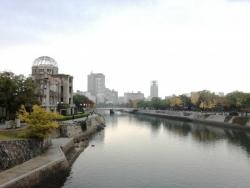 原爆ドームと平和記念公園との間を流れる元安川