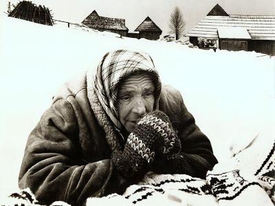 雪の中祈るおばあさん(Josef Cerhakさんの作品)