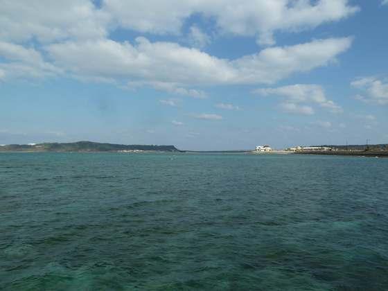 海中道路から見る平安座島と浜比嘉島