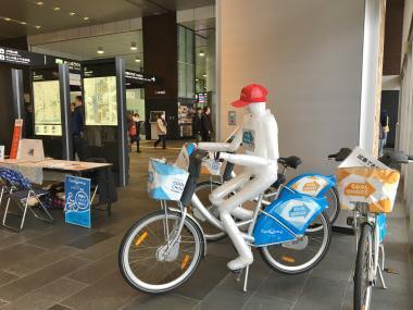 駅ナカで自転車に乗るシクロくん20180120