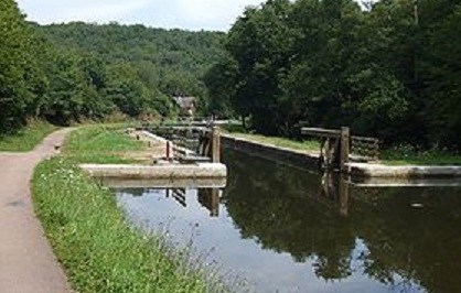 a280px-Canal_Nivernais_Ecluse_Collancelle.jpg