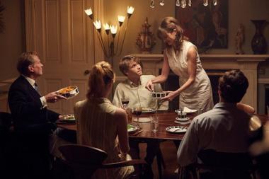『ベロニカとの記憶』 若かりしトニー(ビリー・ハウル)はベロニカの家に招かれ家族と会うことになる。