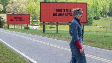 マーティン・マクドナー 『スリー・ビルボード』 ミルドレッド(フランシス・マクドーマンド)は町外れに警察を非難する広告を出す。