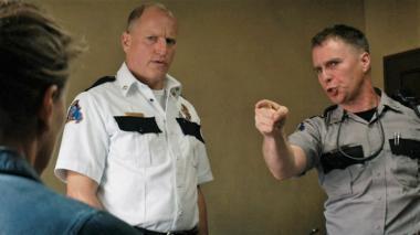 『スリー・ビルボード』 警察署長ウィロビー(ウディ・ハレルソン)と部下のディクソン(サム・ロックウェル)