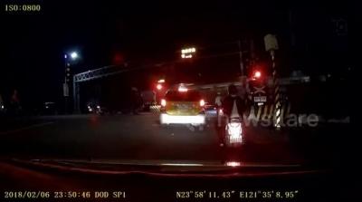 【衝撃!】台湾地震で岩にぶつかった車が消えた!
