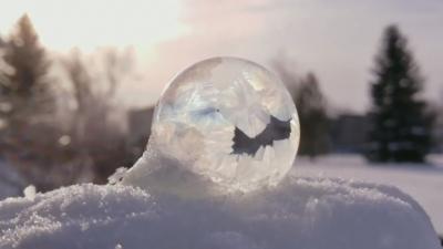 【スゴイ!】寒いカナダでシャボン玉が凍った!