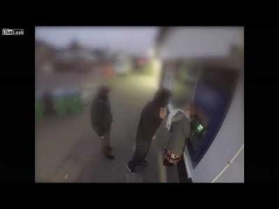 【いいね!】女性がATMで襲われたところを男が1発KO!リアルヒーローだ!