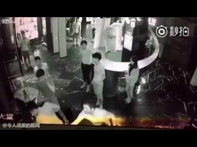 【苦笑】カップルにちょっかい出した男が刺殺される(観覧注意!)