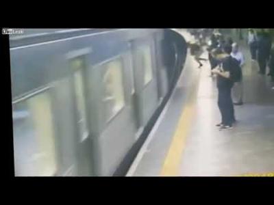【衝撃!】女性を線路に突き落としたのは「悪魔の指令」・・・
