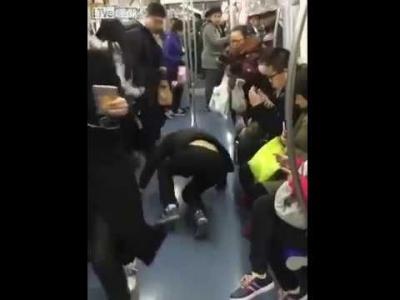 【笑える!】中国満員電車で席を確保するには!これっ!