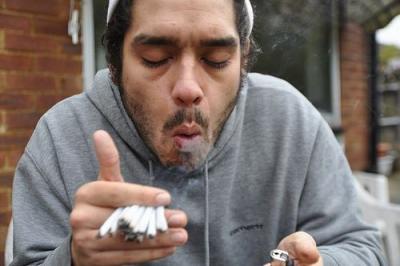 【笑える!】スゴイ咳をしながらタバコを吸う小人!やめれば?