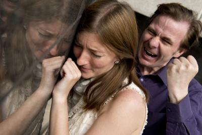 【苦笑】狭いエレベーターの中で女性をいきなり暴行!何で?