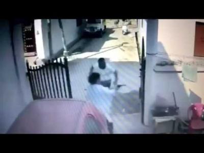 【スゴイ!】襲撃されてる夫を銃で助ける妻!