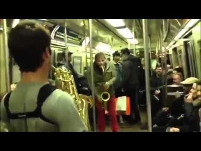 【フラッシュモブ】サックスのセッションで地下鉄は大盛り上がり!
