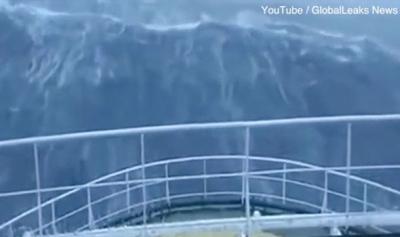 【衝撃!】荒波と戦う船!ほとんど津波!