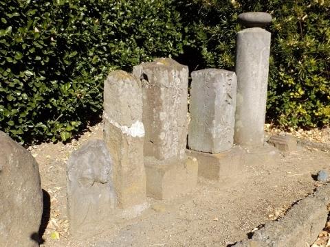 馬船橋たもとの石像群