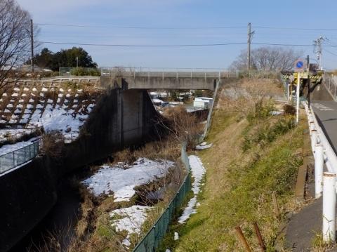 鳩川を渡るJR相模線・相模原市上溝