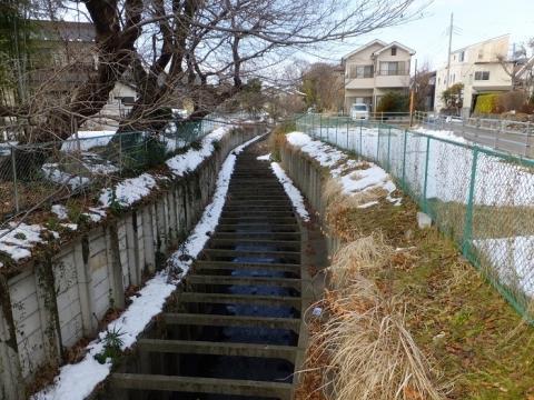 上九沢バス停付近の鳩川