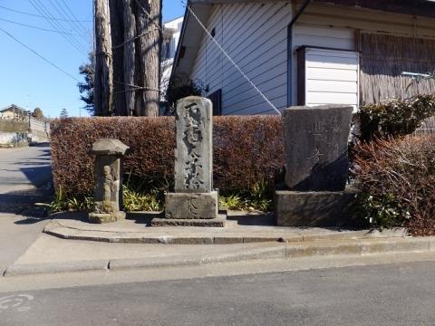 古山橋たもとの石像