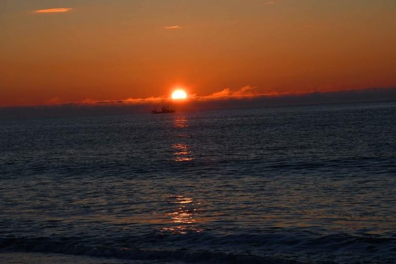 恋問海岸からの朝日