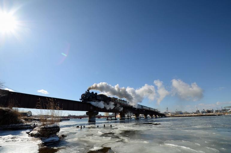 SL冬の湿原号  釧路川河口鉄橋
