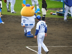 上田コーチがまじまじと。