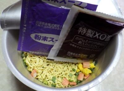 1/29発売 出前一丁 桶麺 辛辣XO醤海鮮味(内容物)