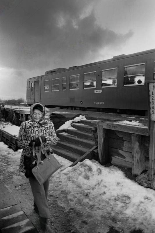 修正A3 五能線 大戸瀬駅のホーム降車客1 1983年2月 日 16bitAdobeRGB原版 take1b