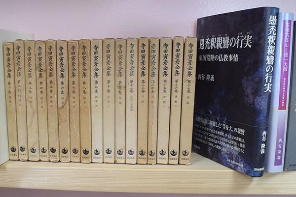 書棚に並べた寺田寅彦全集と西谷さんの著作