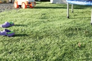 (置いただけ)リアル人工芝を砂利の上のそのまま敷いてみました。施工後画像1
