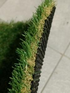 砂利の上に直接、人工芝を敷いて裸足で歩くと痛いのか?厚み