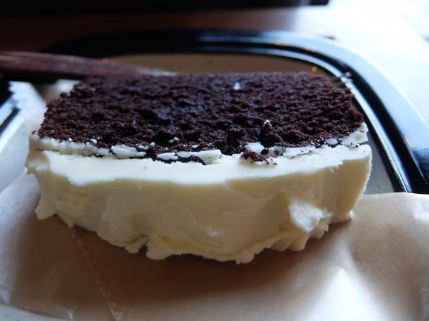ホワイトチョコソースのせチョコレートケーキ