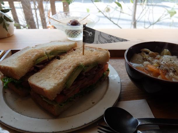 BLTAサンドイッチとスープ