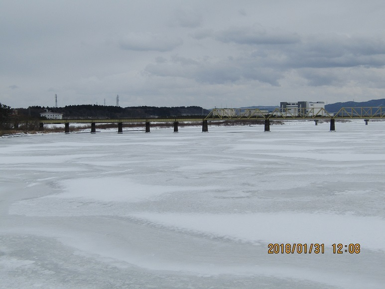 米代川凍る1