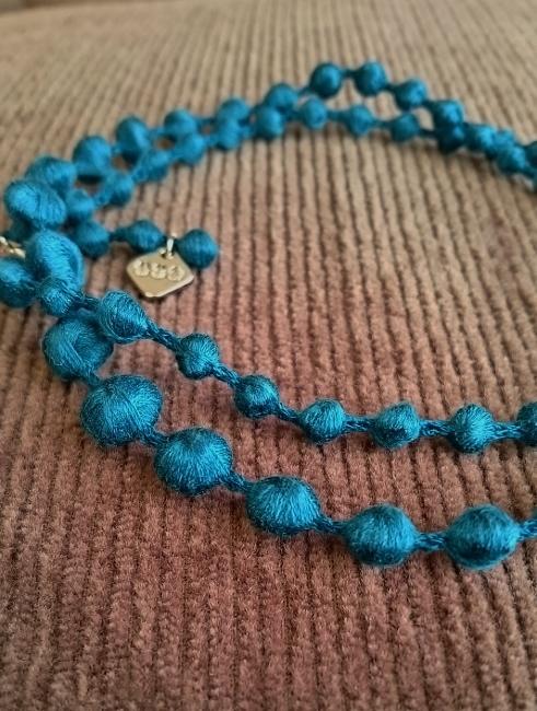 肩こりさんにもおすすめ~OOOトリプル・オゥの刺繍糸アクセサリー