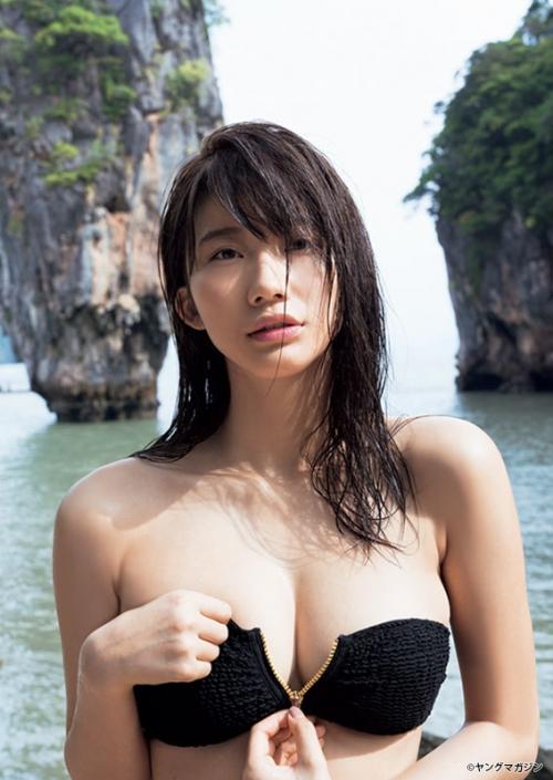 「リアル峰不二子」小倉優香、ファスナー下ろし豊満バストちらり 攻撃的なグラビアに挑戦