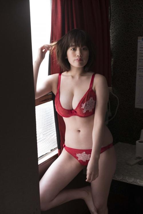 筧美和子、豊満バストあらわなランジェリーショットで悩殺