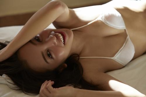板野友美さん、ついに服を剥かれ下着姿に…