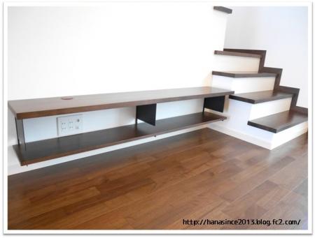 階段と作り付けのテレビ台2
