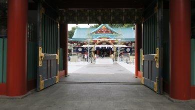 神門から見た茅の輪と社殿