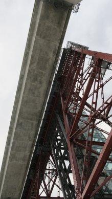 新・コンクリート橋梁と残された鉄の橋梁と、クリスタルタワー