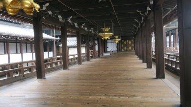 御影堂から阿弥陀堂への渡り廊下