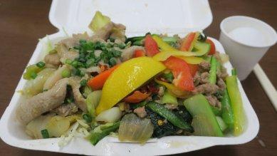 ガパオ(写真右)と塩麹豚肉(左)の2種のせ丼@820円