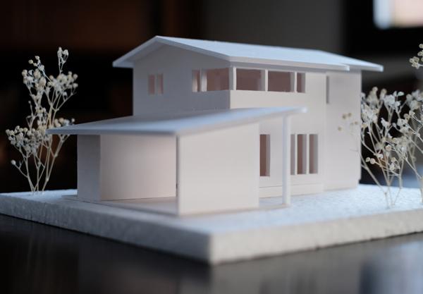 赤レンガとトドマツ緑の家の模型01