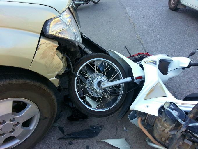 右折自動車と直進バイク1